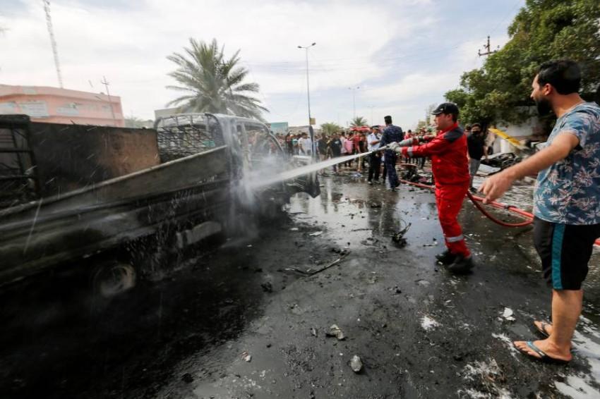 رجل إطفاء يخمد النيران الناجمة عن الانفجار. (رويترز)