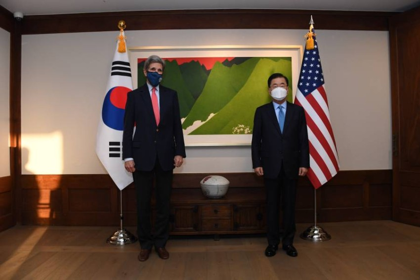 المبعوث الأمريكي للمناخ جون كيري ووزير خارجية كوريا الجنوبية - أب.