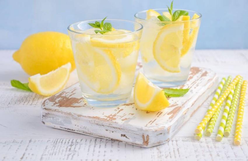 الماء والليمون.