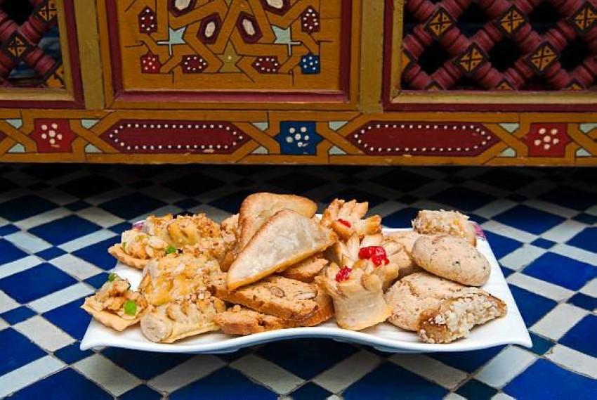 طبق حلويات مغربية تتوسطه حلوى ''الفقاص'' المغربية