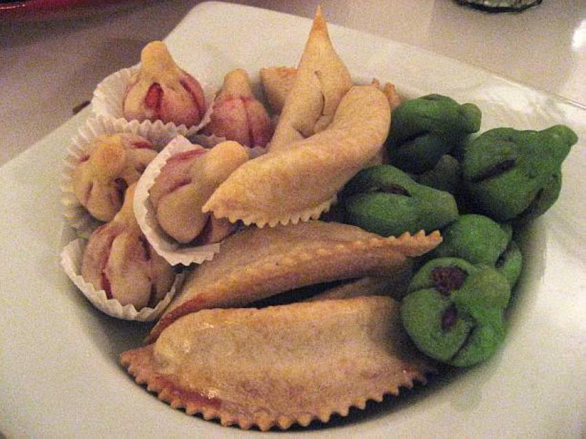 طبق حلويات مغربية تتوسطه حلوى ''كعب الغزال'' المغربية