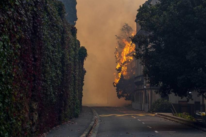 الحريق امتد لأحد المباني السكنية الجامعية قرب الجبل. (أ ب)