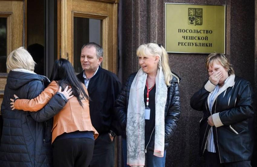 """وداع لدبلوماسيين تشيك """"غير مرغوب فيهم"""" أمام السفارة التشيكيّة في موسكو (أ ف ب)."""