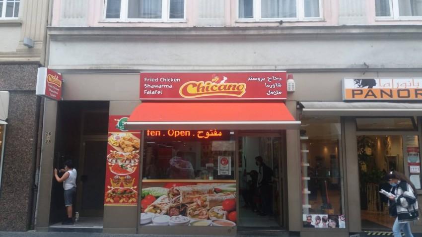 مطعم وجبات عربية بالشارع. (الرؤية)