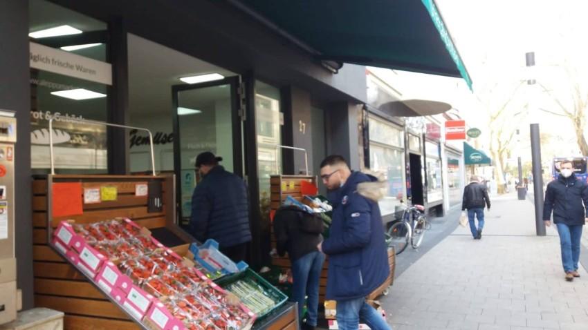 العرب بالشارع يتوافدون على المتاجر العربية لشراء مستلزمات رمضان