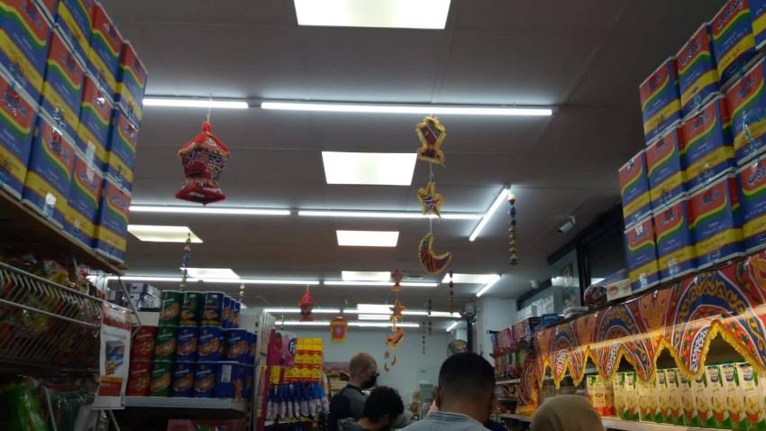 المتجر المصري يعلق الزينة استعداداً لرمضان في أجواء رمضانية جميلة
