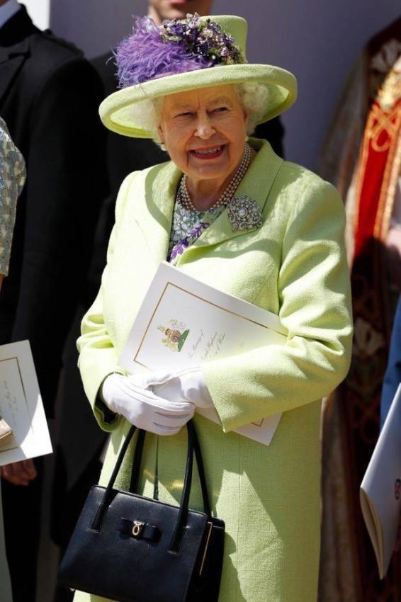 إطلالة الملكة في حفل زفاف الأمير هاري