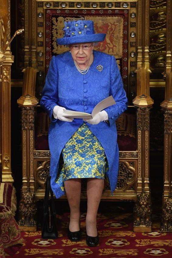 فستان الملكة اليزابيث أثناء حضورها البرلمان 2017
