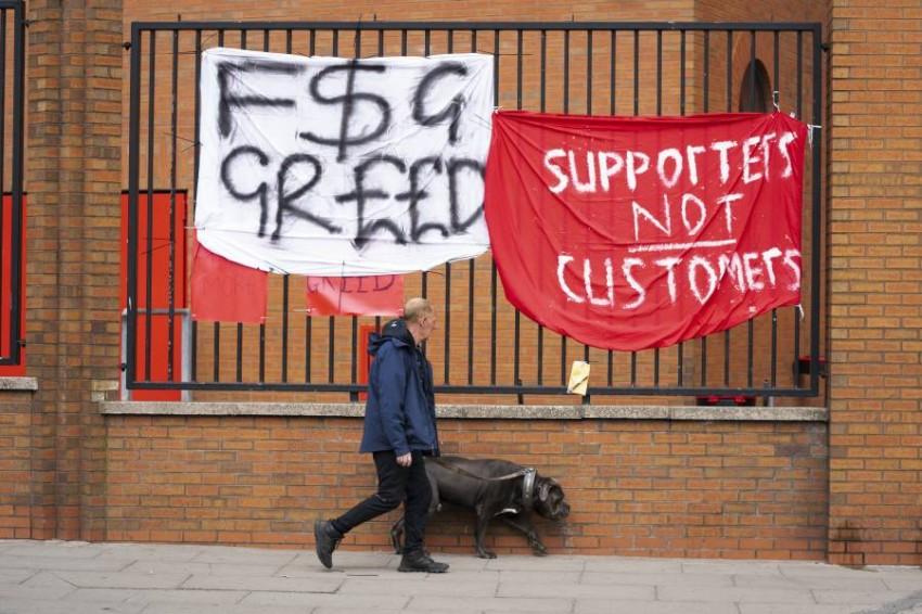 من اللافتات الاحتجاجية لجماهير ليفربول. (أ ب)
