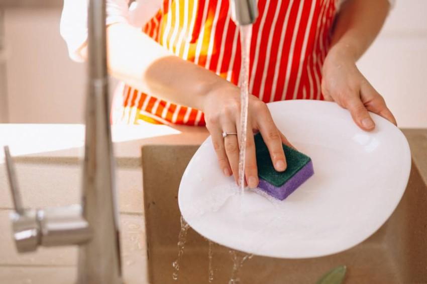 تجنبي إبقاء أظافرك في بيئة رطبة أو متسخة