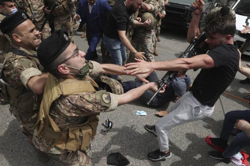 أحد معارضي القاضية يشتبك مع قوات الأمن. (أ ب)