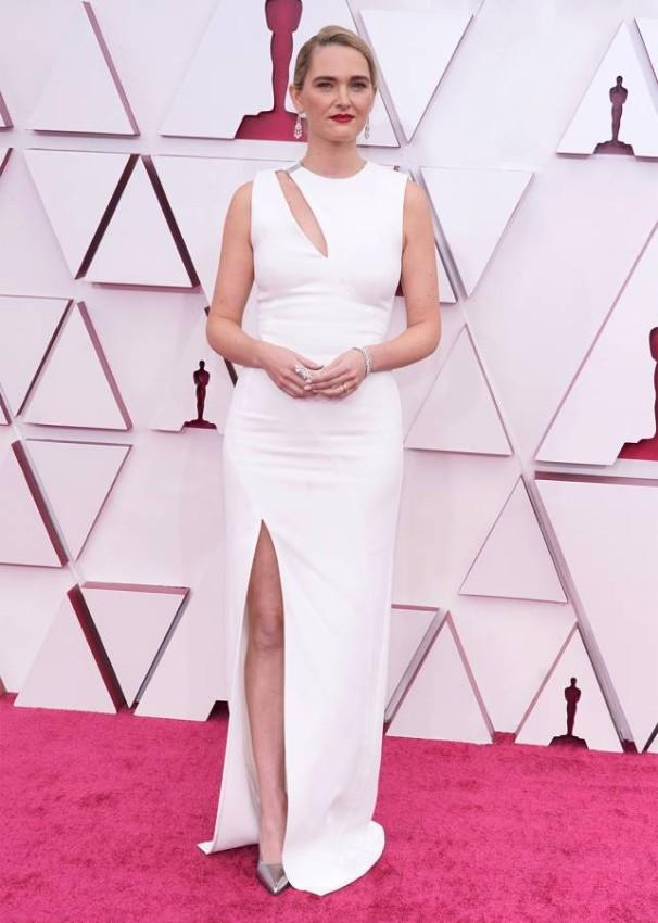 Jena Friedman جينا فريدمان بفستان أبيض.