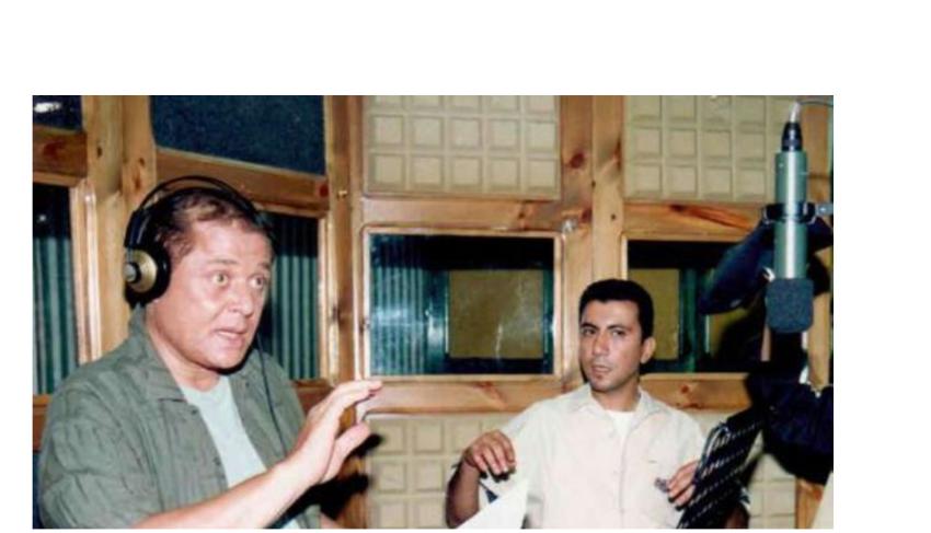 محمود عبدالعزيز في الاستوديو لتسجيل إحدى أغانيه