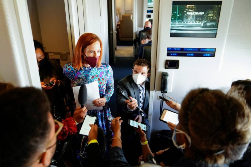 جين ساكي تتحدث للصحفيين على متن الطائرة الرئاسية. (رويترز)