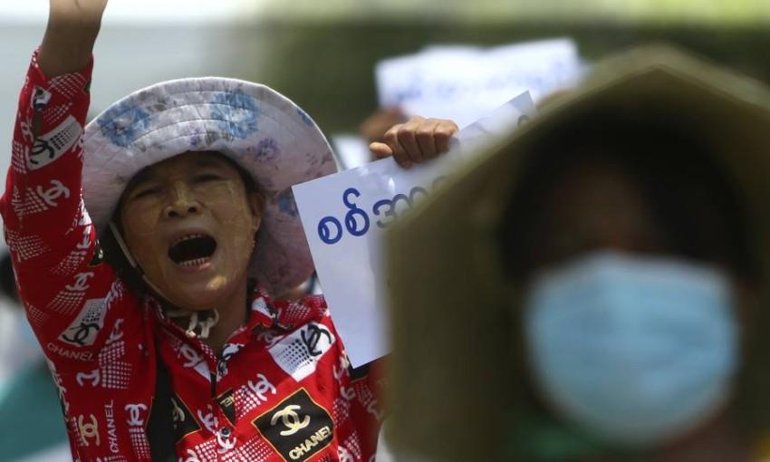 متظاهرون ضد الانقلاب العسكري. (إي بي أيه)