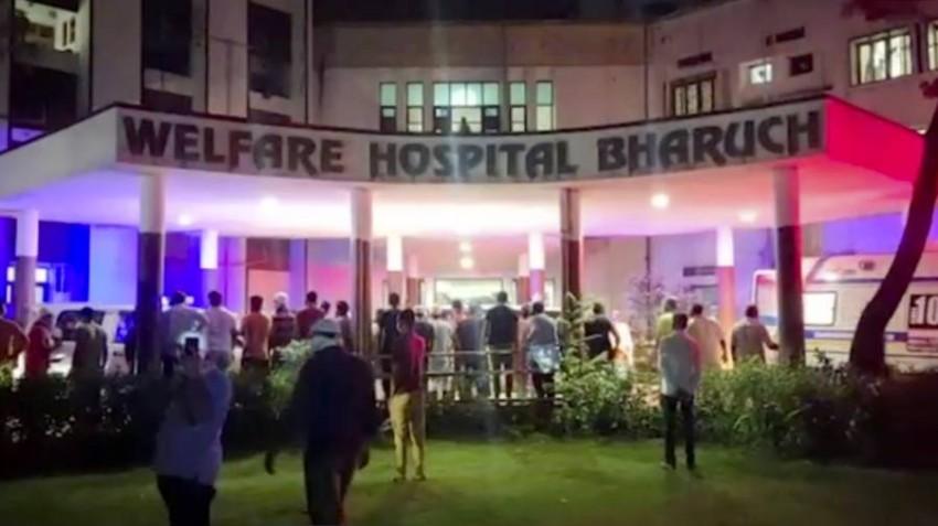 الأهالي يترقبون أمام المستشفى. (أ ب)