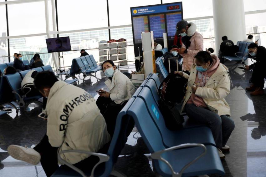 مسافرون في مطار ووهان. (رويترز)