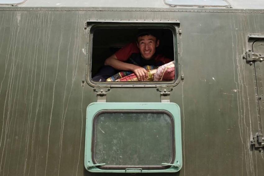 قوات أمن كازاخستانية تساعد في عمليات الإجلاء. (أ ف ب)
