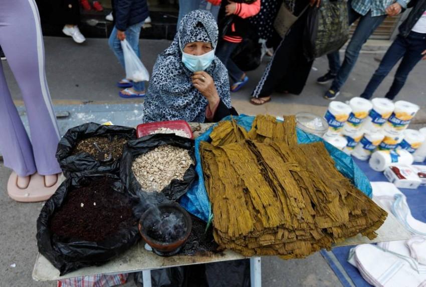 التونسيون يعيشون على وقع الأزمات منذ سقوط بن علي. (رويترز)