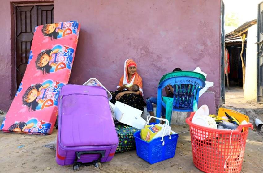 أسر صومالية تحزم أمتعتها للفرار من مقديشيو. (رويترز)
