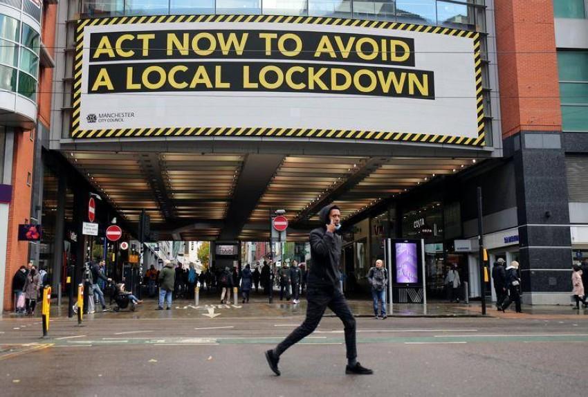 لوحة تحذيرية ضخمة في مانشستر البريطانية. (رويترز)