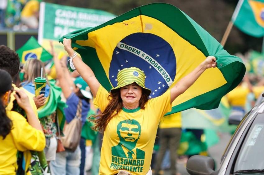 باللونين الأصفر والأخضر.. الآلاف يعبرون عن تأييدهم لبولسونارو. (أ ف ب)