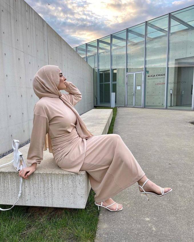 الفساتين النود لإطلالة مخملية