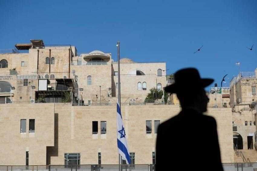 تم اليوم تنكيس الأعلام الإسرائيلية. (رويترز)