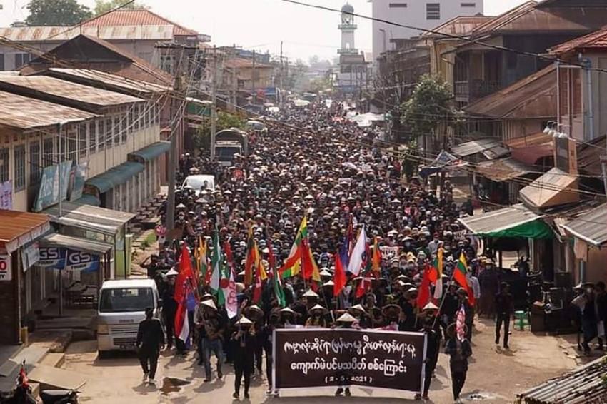محتجون ضد الانقلاب العسكري. (أ ف ب)