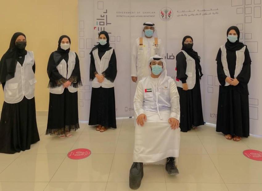حمد عوض السعيدي مع قائد فريق تكاتف والمتطوعين. (من المصدر)