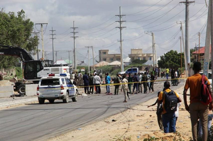 قوات الأمن في موقع انفجار سيارة مفخخة بمقديشيو.(أي بي أيه)