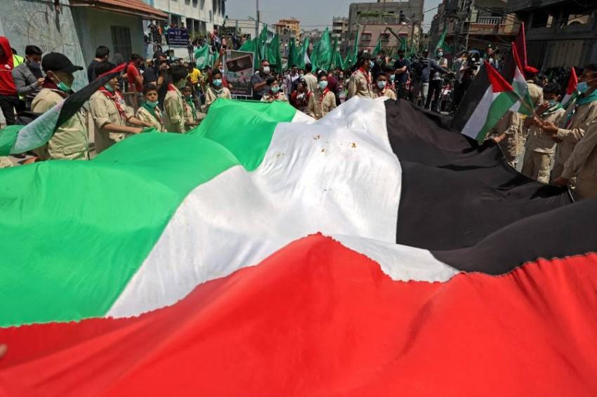 محتجون فلسطينيون في مخيم جباليا يتظاهرون ضد قرار عباس. (أ ف ب)