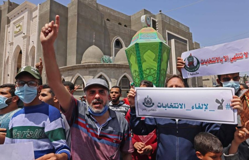 مؤيدون لحماس في رفح يتظاهرون ضد قرار عباس. (أ ف ب)