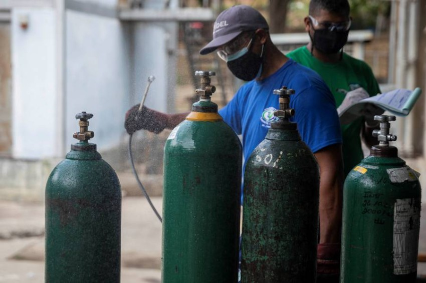 تجهيز اسطوانات الاكسجين لمرضى كوفيد في فنزويلا.(أي بي أيه)