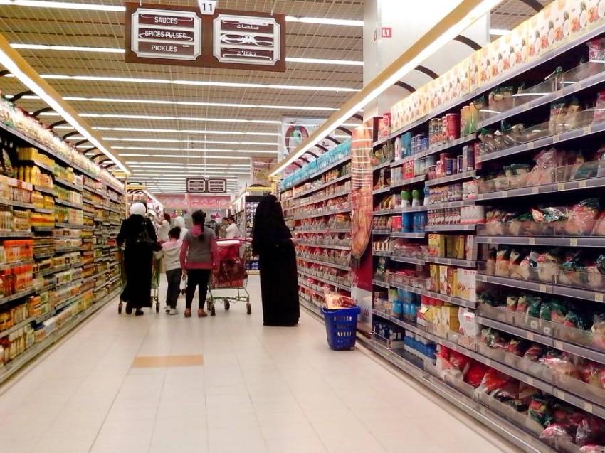 متسوقون في احد المراكز التجارية بابوظبي شارع المطار