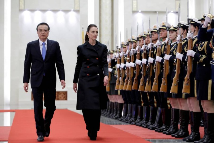 أردرن ونظيرها الصيني في لقاء يعود لعام 2019 في بكين. (رويترز)