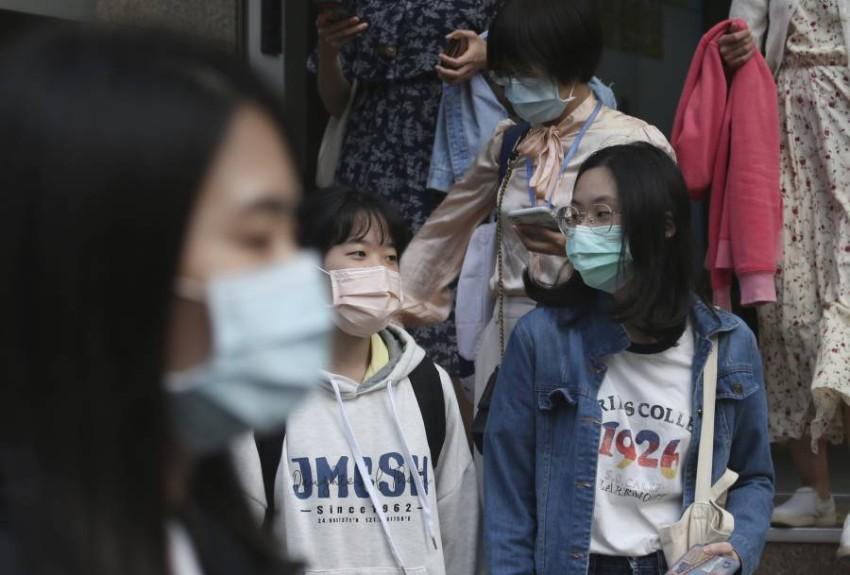 تايوانيون يرتدون الكمامات الواقية في شوارع العاصمة. (أ ب)