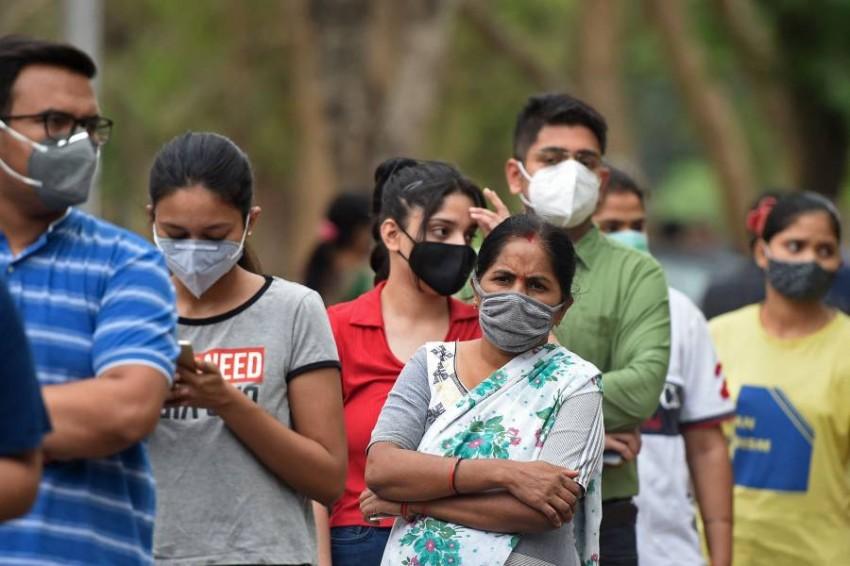 مواطنون في الهند ينتظرون الحصول على اللقاح. (أ ف ب)