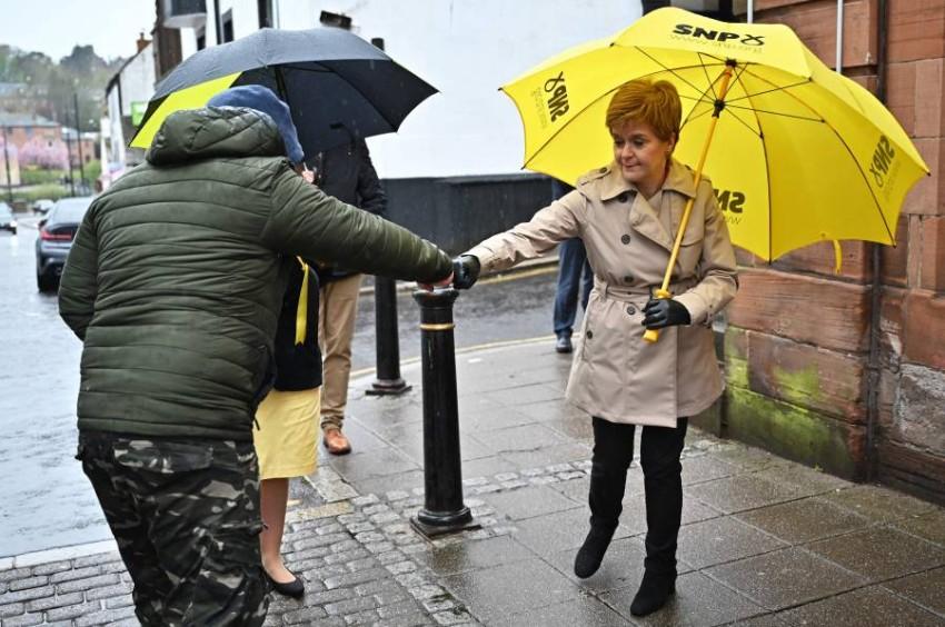 نيكولا ستورجن رئيسة وزراء اسكتلندا وزعيمة الحزب الوطني أثناء جولة انتخابية. (أ ف ب)
