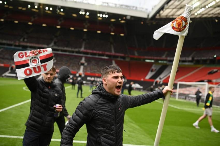 من اجتياح جماهير يونايتد ملعب أولد ترافورد. (أ ف ب)