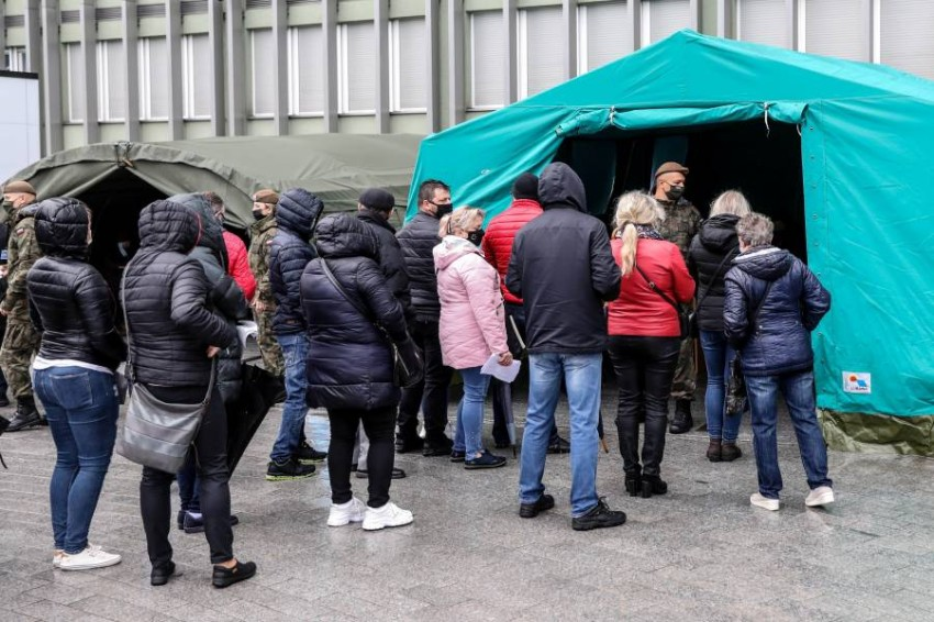 حملات التطعيم تجري على قدم وساق في بولندا.(رويترز)