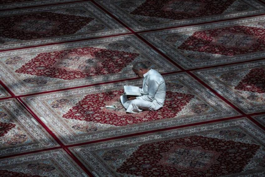 عراقي يقرأ القرآن في أحد المساجد.(رويترز)