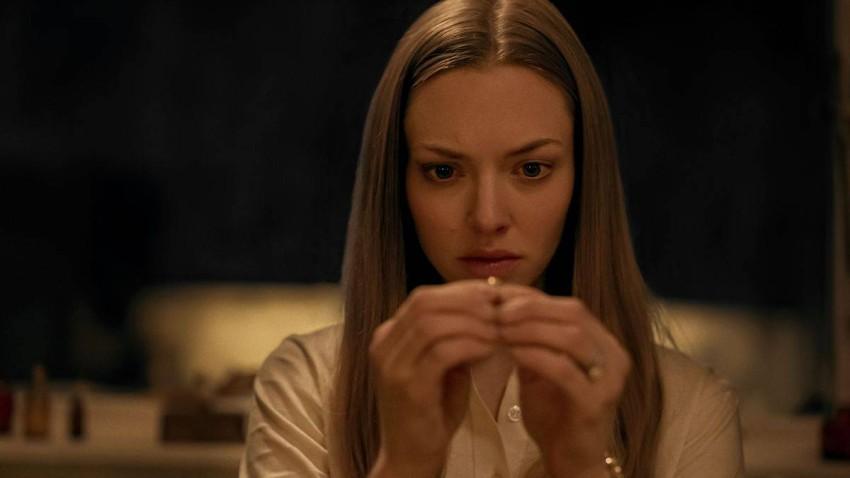 أماندا سيفريد في مشهد من المسلسل
