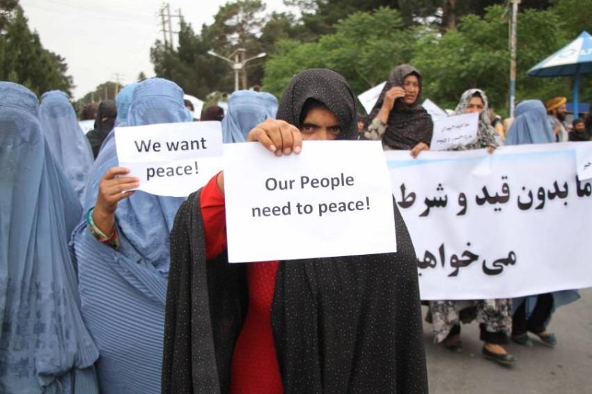 مظاهرة نسائية في مدينة هيرات الأفغانية احتجاجاً على العنف. (إي بي أيه)