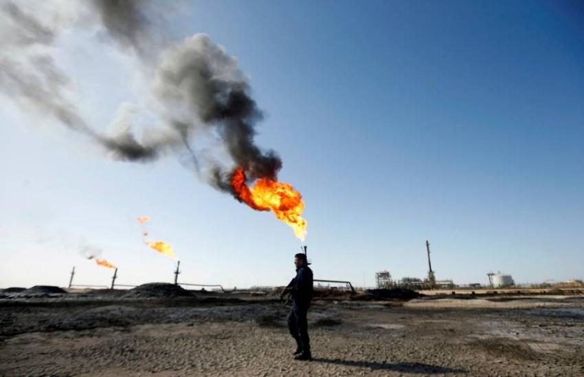 شرطي عراقي في حراسة حقل نفطي بالبصرة. (أ ف ب)