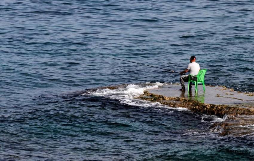 صياد لبناني قرب الناقورة في مياه البحر المتوسط. (أ ف ب)