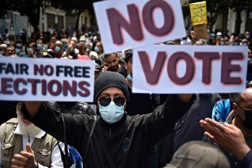 الحراك الشعبي فشل في تنظيم نفسه في أطر سياسية قبل الانتخابات. (أ ف ب)