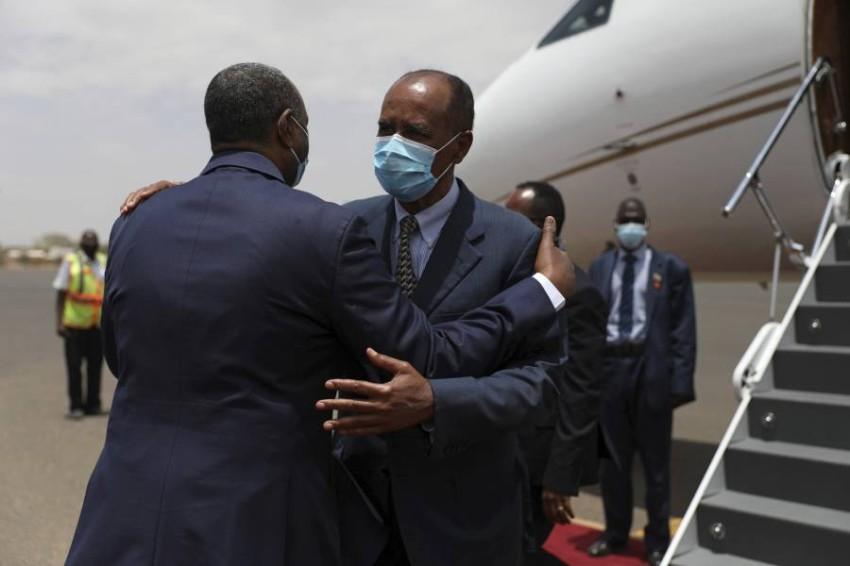 البرهان يستقبل الرئيس الإريتري في الخرطوم. (أ ب)