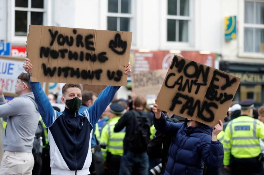 من احتجاجات مشجعي تشيلسي. (رويترز)
