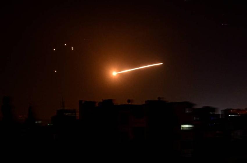 الهجوم الإسرائيلي استهدف مصنعاً للبلاستيك في ريف المحافظة - رويترز.